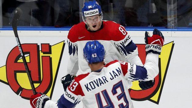 Český hokejový reprezentant Dominik Kubalík slaví na mistrovství světa vstřelený gól do sítě Švédů s parťákem Janem Kovářem.