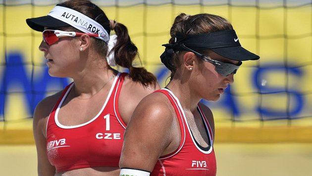 České beachvolejbalistky Barbora Hermannová (vlevo) a Martina Bonnerová na turnaji Prague Open 2014 na Štvanici.