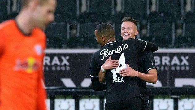 Hannes Wolf slaví gól za Mönchengladbach do sítě RB Lipsko. Jako první ho přiběhl obejmout Alassane Pléa.