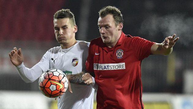 Útočník Zbrojovky Jakub Řezníček (vpravo) a plzeňský obránce Lukáš Hejda v odvetném utkání osmifinále MOL Cupu.