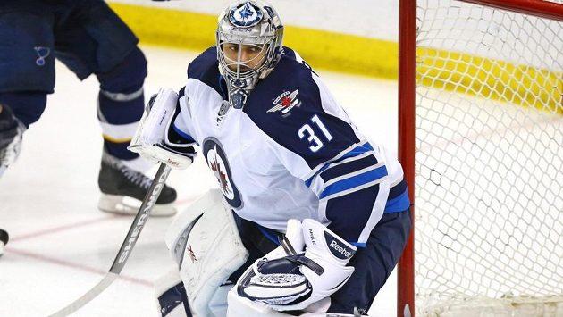 Brankář Winnipegu Ondřej Pavelec smolným zákrokem daroval vítězství hokejistům St. Louis.