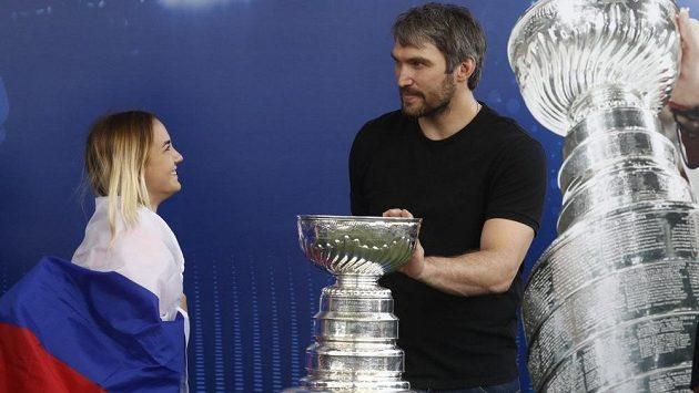 Alexander Ovečkin přivezl Stanleyův pohár do Ruska, odtud putoval hokejový grál do Prahy.