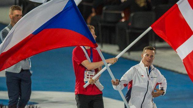 Vlajkonoš českého Tomáš Bábek na závěrečném ceremoniálu Evropských her.