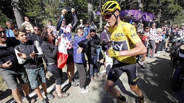 Chris Froome běží směrem k cíli 12. etapy na Tour de France po svých.