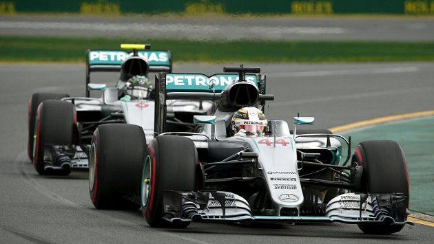 Lewis Hamilton v Melbourne před svým stájovým kolegou z Mercedesu Nikem Rosbergem během kvalifikace na GP Austrálie.