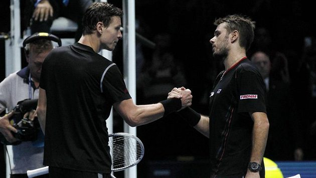 Tenista Tomáš Berdych (vlevo) si podává ruku se Švýcarem Stanislasem Wawrinkou po utkání Turnaje mistrů.