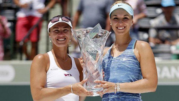 Martina Hingisová (vlevo) a Sabine Lisická po triumfu v Miami.