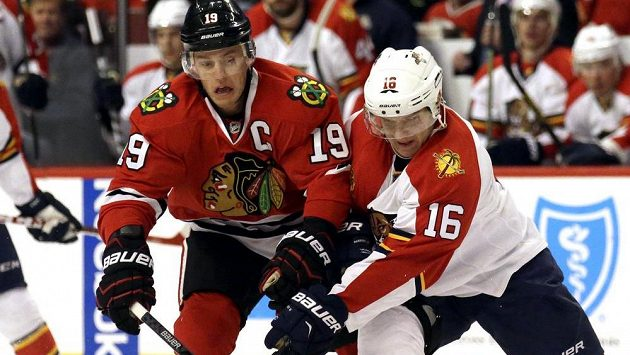 Aleksander Barkov (vpravo) z Floridy v souboji s kapitánem Chicaga Jonathanem Toewsem.