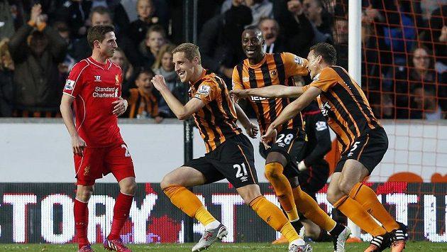 Michael Dawson z Hullu (druhý zleva) se raduje po brance, kterou vstřelil Liverpoolu.