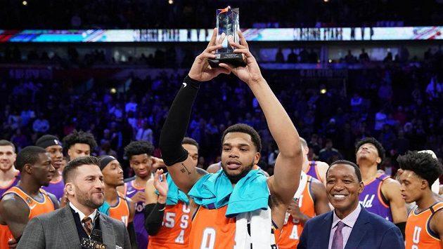 Miles Bridges z Charlotte Hornets zvedá nad hlavu cenu pro nejlepšího hráče Utkání vycházejících hvězd NBA.