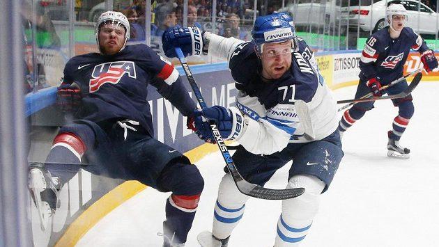 Finský útočník Leo Komarov v souboji s obranou USA.