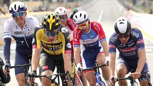 Belgičan Wout van Aert (druhý zleva) při závodě Kolem Flander. Ilustrační foto.