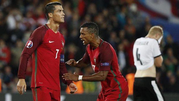 Zklamaný Cristiano Ronaldo zahodil v duelu s Rakouskem pokutový kop, uklidňuje jej spoluhráč Nani.