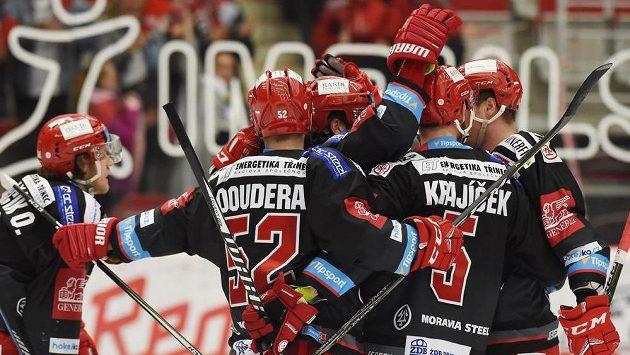 Třinečtí hokejisté se radují z prvního gólu proti Hradci Králové.