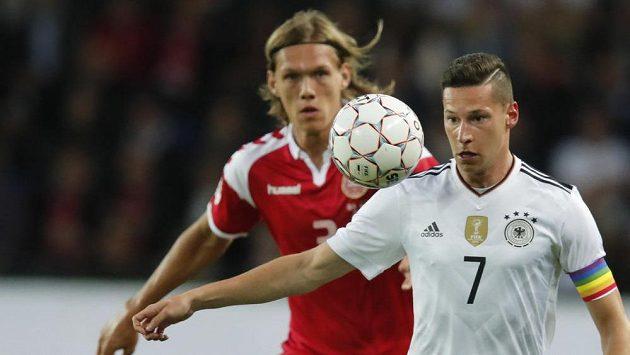 Dán Jannik Vestergaard (vzadu) bedlivě sleduje počínání Juliana Draxlera v přípravném utkání s Německem.