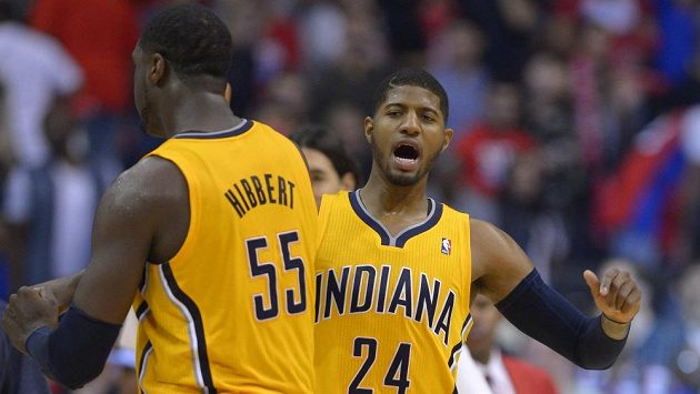 Basketbalisté Indiany Roy Hibbert (vlevo) a Paul George se radují z koše na palubovce Los Angeles Clippers.