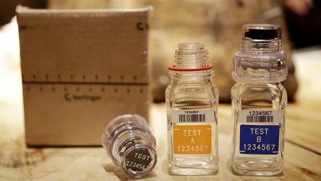 Lahvičky na odebírání vzorků při dopingových testech.