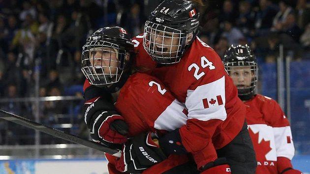 Kanaďanka Meghan Agostová-Marcianová (vlevo) oslavuje svůj gól proti USA s kolegyní z týmu Natalií Spoonerovou.
