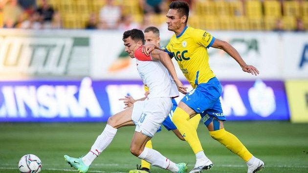 Petar Musa ze Slavie Praha a Martin Chlumecký z Teplic během utkání.