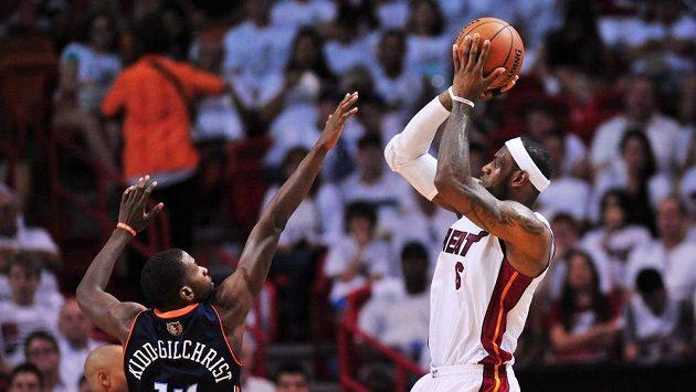Tahoun Miami LeBron James (vpravo) střílí během prvního duelu play off proti Charlotte.