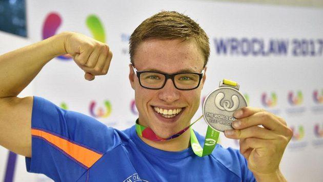 Český ploutvový plavec Jakub Jarolím se stříbrnou medailí.