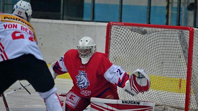 Zprava český brankář Jan Špunar a Yanick von Bergen ze Švýcarska v akci během utkání skupiny A Hlinka Gretzky Cupu hokejistů do 18 let.