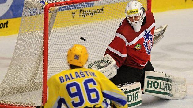 Útočník Zlína Jaroslav Balaštík střílí gól karlovarskému brankáři Tomáši Závorkovi.