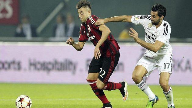 Álvaro Arbeloa (vpravo) z Realu Madrid se snaží zastavit Stephana El Shaarawyho, střelce dvou gólů AC Milán.