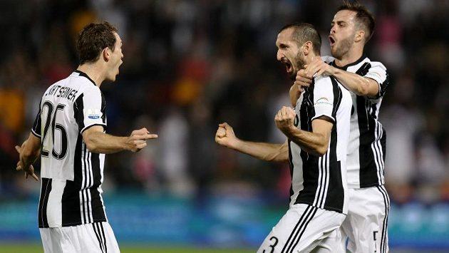 Fotbalisté Juventusu slaví gól v Superpoháru proti AC Milán. Uprostřed je autor branky Giorgio Chiellini.