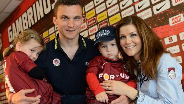 Útočník Sparty David Lafata s rodinou (dcera Vanda, syn Tonda a manželka Kamila).