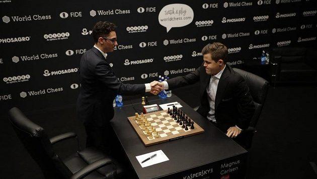 Norský obhájce Magnus Carlsen (vpravo) se před úvodní partií zápasu o titul mistra světa v šachu zdraví s italsko-americkým vyzyvatelem Fabianem Caruanou.
