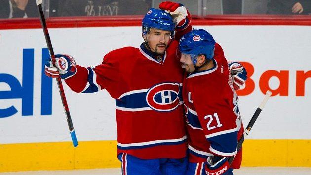 Tomáš Plekanec a jeho spoluhráč z Montrealu Brian Gionta (21) se radují z gólu českého útočníka.