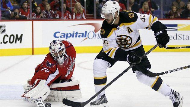 Bostonský útočník David Krejčí se snaží překonat brankáře Washingtonu Bradena Holtbyho v přípravném zápase před startem NHL.