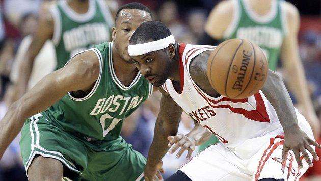 Bostonský Avery Bradley (vlevo) pečlivě střeží Tye Lawsona z Houstonu.