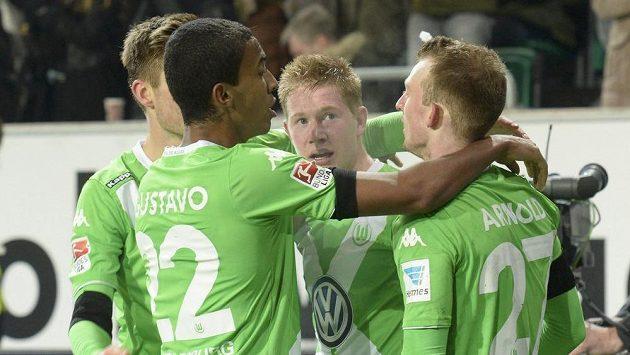 Kevin De Bruyne (uprostřed) oslavuje se spoluhráči z Wolfsburgu gól proti Bayernu.