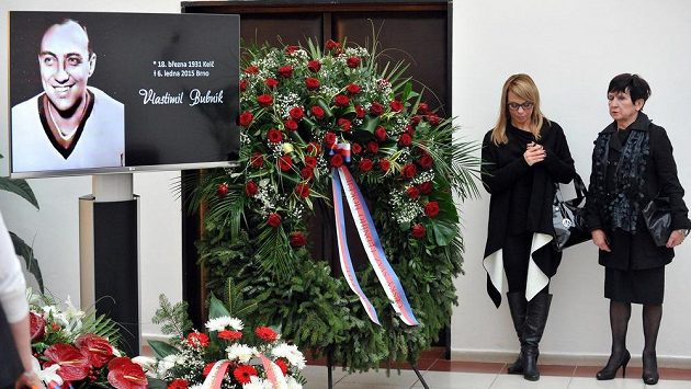 Poslední rozloučení s bývalým hokejovým a fotbalovým reprezentantem Vlastimilem Bubníkem 16. ledna v obřadní síni krematoria v Brně. Na snímku je vdova Hana Bubníková s dcerou Hanou.
