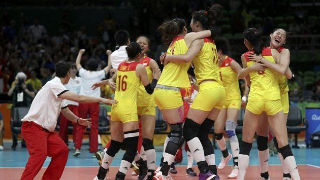 Čínské volejbalistky se radují z olympijského triumfu.