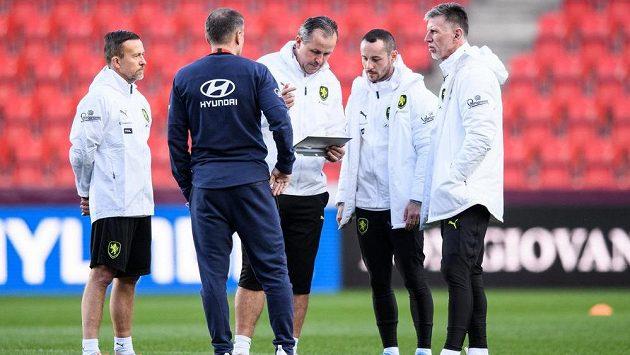 Trenéři české reprezentace (zleva): Jiří Chytrý, Libor Sionko, Tomáš Galásek a Jaroslav Šilhavý během tréninku před utkáním s Belgií.