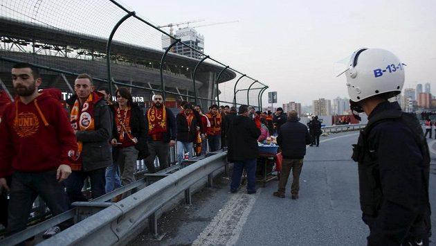 Fanoušci Galatasaraye opouštějí za dohledu policie stadión v Istanbulu, derby s Fenerbahce se dnes kvůli hrozbě teroristického útoku neuskuteční.