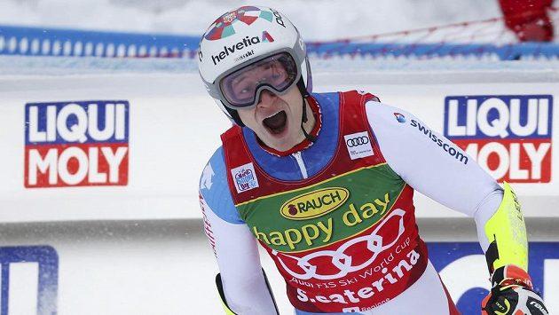 Švýcar Marco Odermatt se raduje v cílovém prostoru v Santa Caterině.