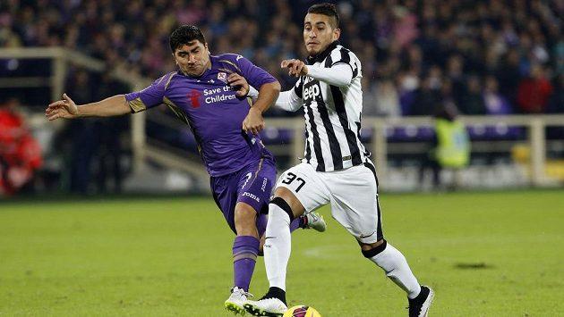 Záložník Juventusu Roberto Pereyra (vpravo) bojuje o míč se středopolařem Fiorentiny Davidem Pizzarem v utkání 14. kola italské ligy.