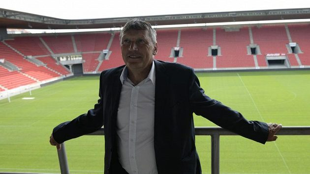 Trenér fotbalistů Slavie Miroslav Beránek.