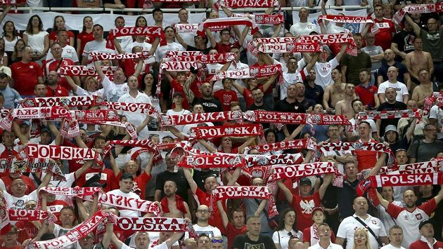 Polští fanoušci během utkání jejich národního týmu v Severní Makedonii - ilustrační foto.