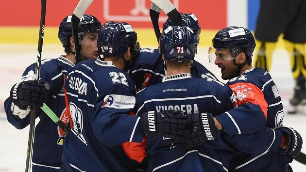 Hokejisté Vítkovic oslavují gól. Ilustrační foto.