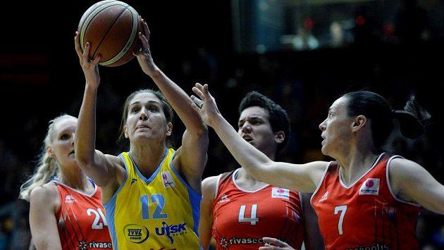 Milka Bjelicaová z USK Praha (druhá zprava) zakončuje v utkání s Rivas Madrid.