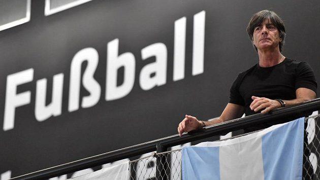 Trenér německých fotbalistů Joachim Löw prodloužil smlouvu do roku 2022.