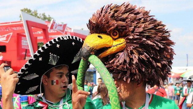 Vynalézavost mexických fanoušků nezná hranic. Fandit chodí i s hlavou orla, která prý přináší jejich reprezentaci štěstí