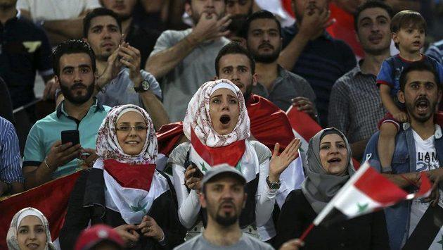 Fanoušci a fanynky Sýrie při utkání s Íránem.