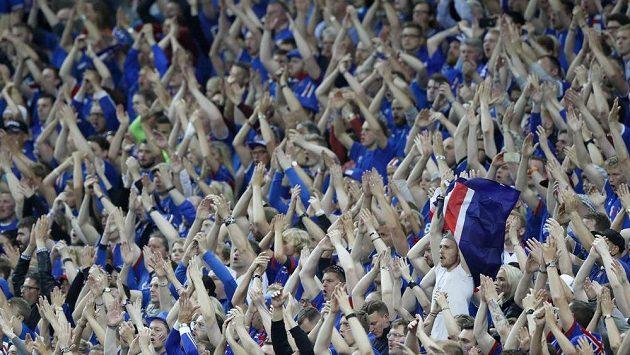 Fanoušci Islandu během čtvrtfinálového duelu ME s Francií.