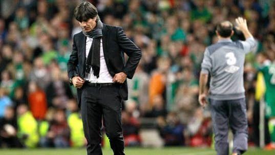 Zklamaný trenér německé fotbalové reprezentace Joachim Löw po porážce v Irsku.